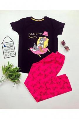 Pijama dama ieftina bumbac lunga cu tricou negru si pantaloni lungi roz inschis cu imprimeu Sleepy days